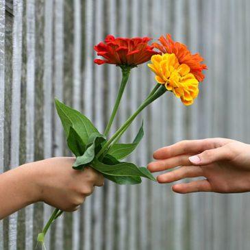 Dzień Kobiet wręczenie kwiatów